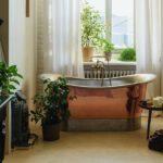 łazienka z wanną i bateriami miedzianymi